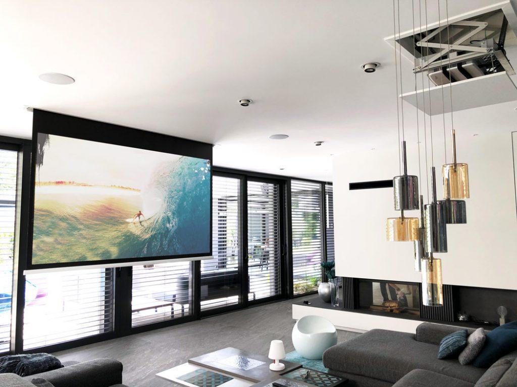 illustration d'une projection home cinema en pièce de vie lumineuse