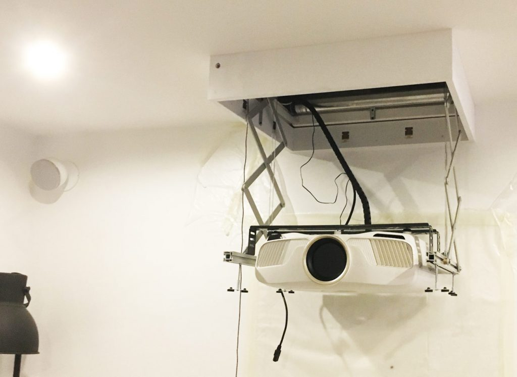 photo d'un projecteur home cinema encastré dans un coffrage dans le faux-plafond
