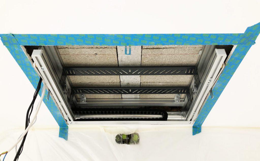 photo du faux-plafond découpé avec support motorisé pour videoprojecteur installé