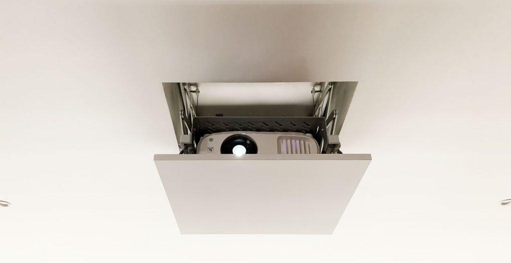 video projecteur home cinema escamoté dans le plafond