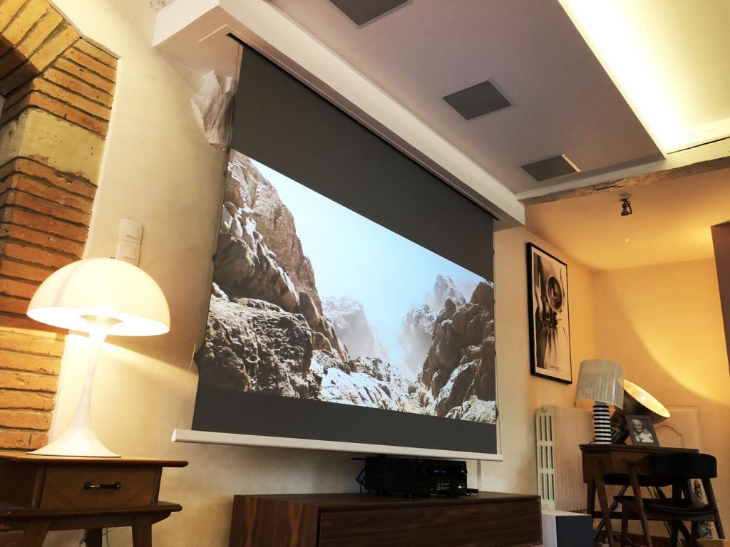 écran de projection avec toile technique Infinity d'un home cinema design